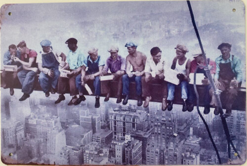 Retro metalen bord limited edition - NY construction workers lunching on crossbeam