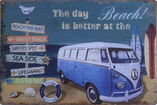 Retro metalen bord vlak - The day is better at the beach